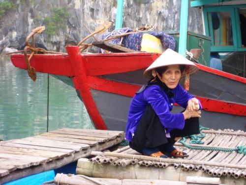 1 Grand-mère près d'un bateau de pêcheur.jpg